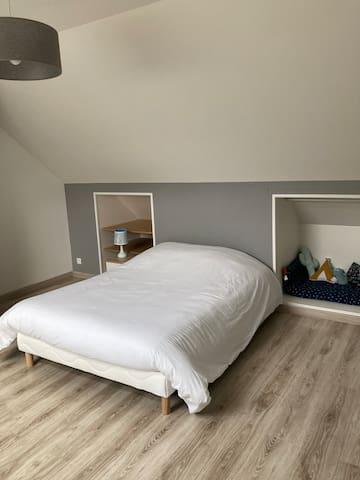 La seconde chambre avec un lit double 140cm et son jeux de fléchette