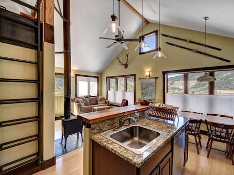 Silverton home w/ heated garage & ski tools!