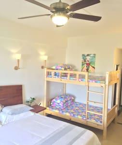 海棠湾度假好选择三亚红屋顶精品酒店家庭房,1.8米床+上下铺床,免费送301医院海边蜈支洲,近菜市场 - Sanya - Hotel butik