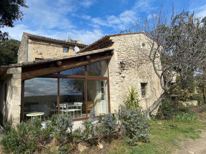 Petite maison avec vue, au milieu des vignes