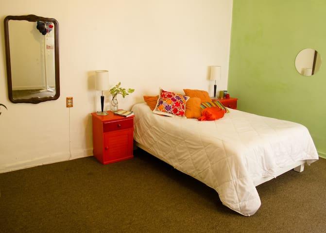 Bright room w/pvte yard 10´ Condesa