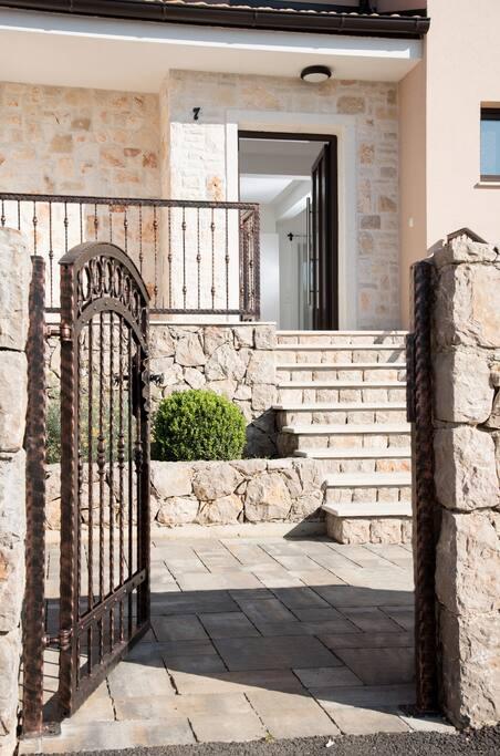 Villa BELLA**** Malinska - entrance from the street Odvojak Grdine 7