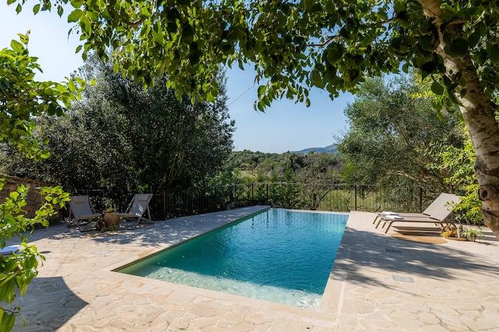 Quinta 'Finca Es Badei' com vista para a montanha, Wi-Fi, jardim, terraços e piscina; Estacionamento disponível
