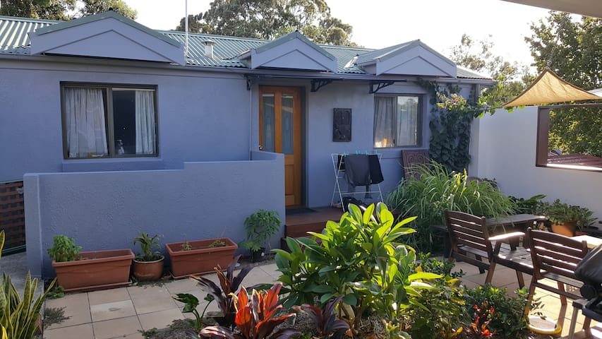 Sunny courtyard flat in Marrickville - Marrickville - Apartment
