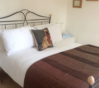 Comfortable ensuite double very near Mayfield