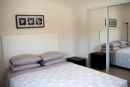 Modern studio in Hamtramck. Queen bed - Hamtramck