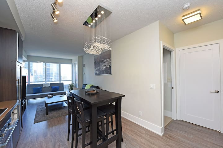 Gorgeous 1 bed+Den at Union Station and MTCC