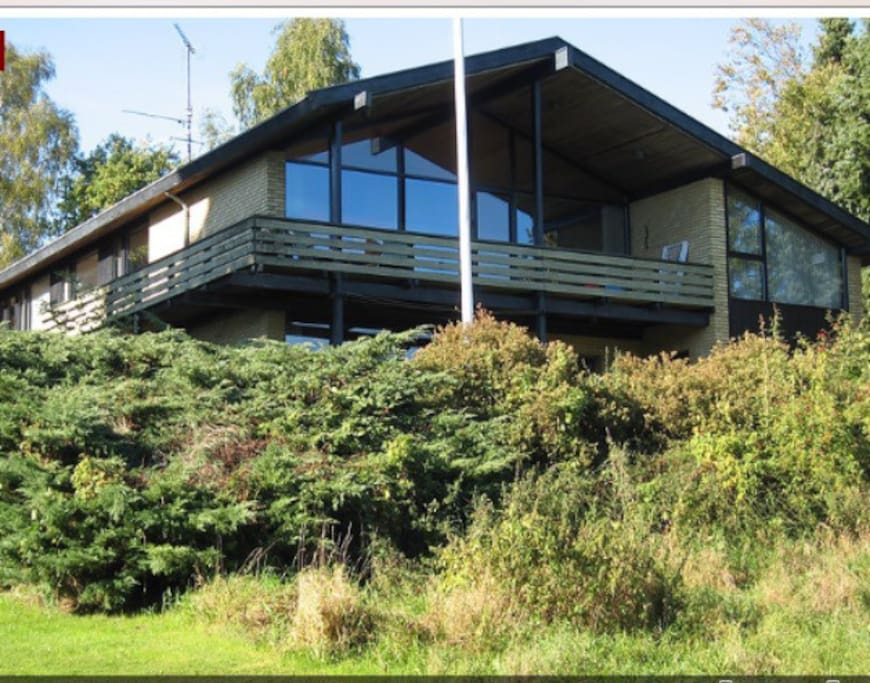 Poul Danø arkitekttegnet villa - her set fra engen