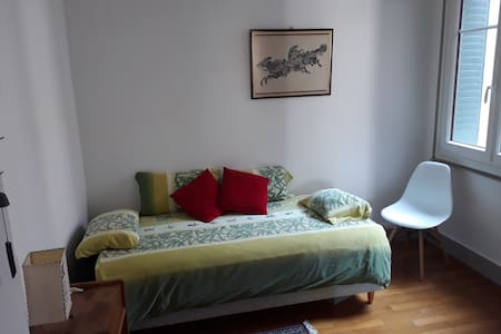 A room 2mn walk from the lake. Chez l'habitant.