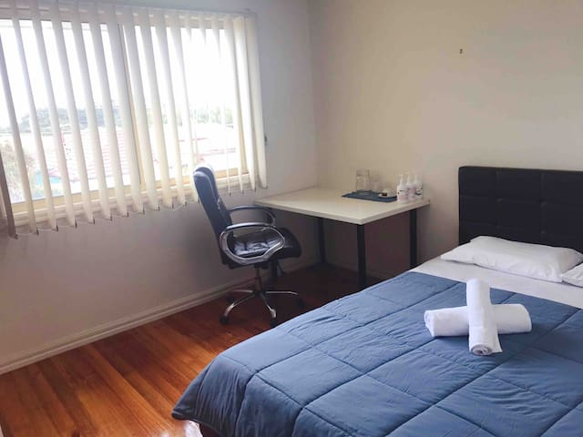 Springvale high quality room near bus/train/shops