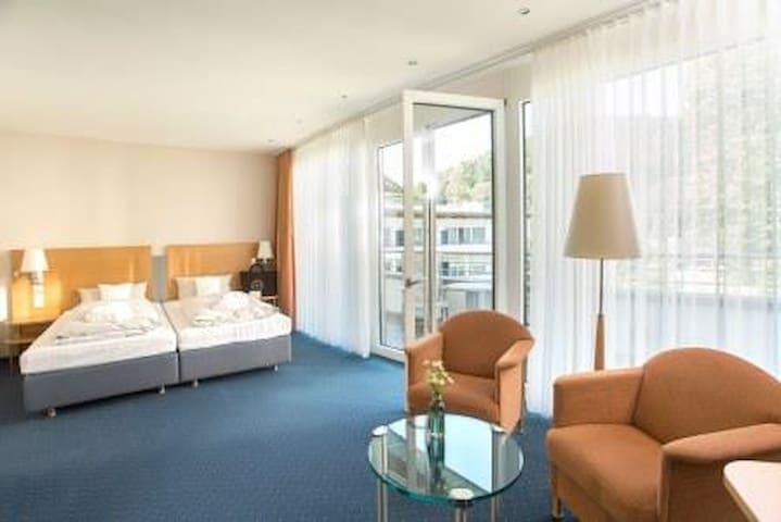 Schwarzwald Panorama, (Bad Herrenalb), Classic Waldblick Zimmer mit Spa Tasche, WLAN und Balkon oder Sonnenterrasse