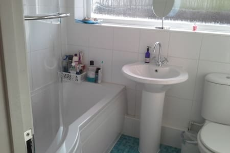 3 bedroom detatched bungalow - Hythe - 小平房
