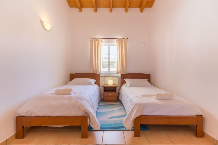 Twin bedroom w/shared bathroom