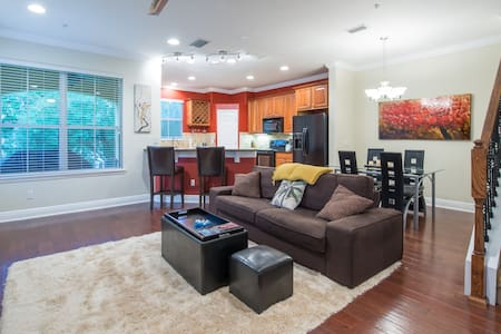 NEW 2-Story Gated Lakeside Townhome, with Pool - Maitland - Rivitalo