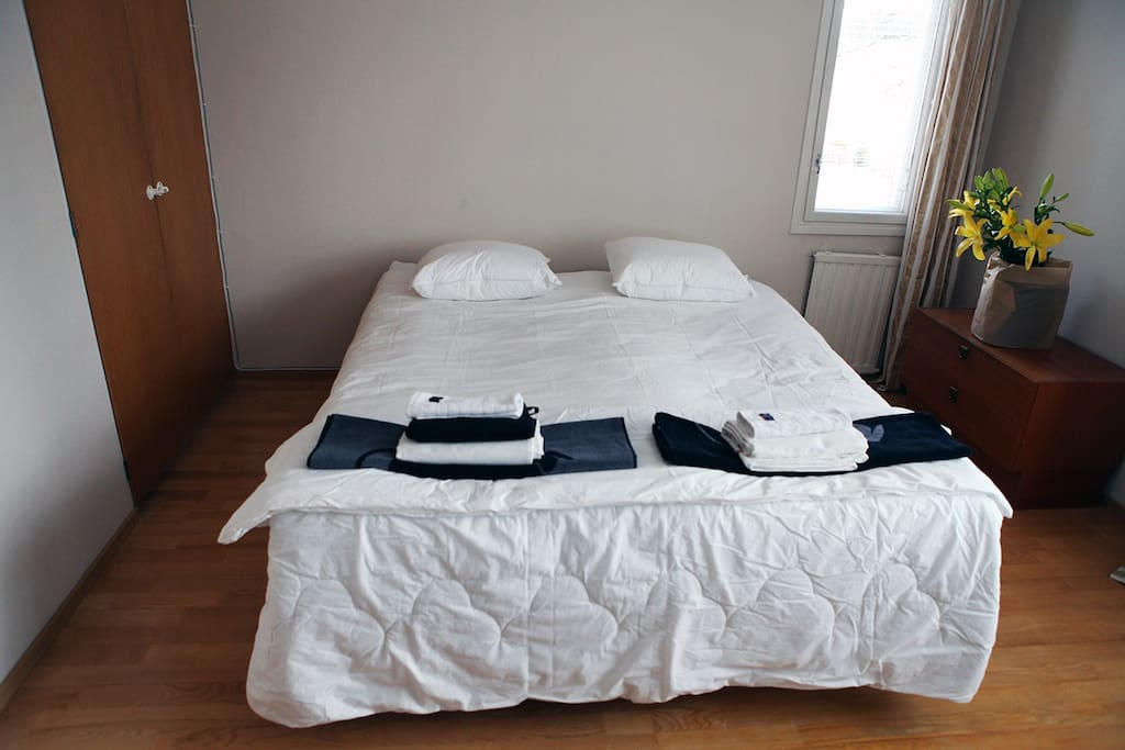 The double bed consists of two units. They can also be placed separately as two single beds.