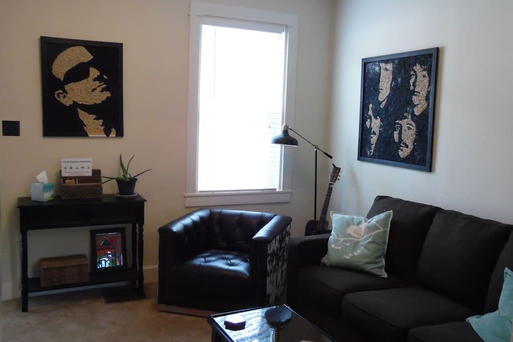 Living Room w Full Sofa Bed/TV