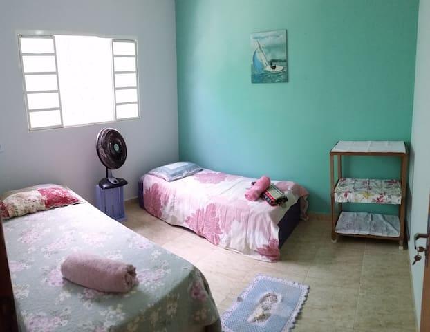 Quarto com duas camas de solteiro, casa c Piscina - Caldas Novas - Rumah