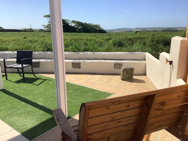 Garden View, a cosy glamping cabin for two