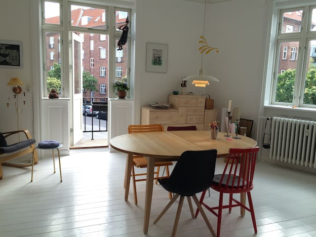 Charming city apartment with bohemian garden - København - Apartment