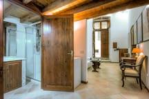 Vista dell'ingresso del bagno. Nel bagno troverete una bella e confortevole doccia con shampoo, balsamo, bagnoschiuma e sapone liquido.