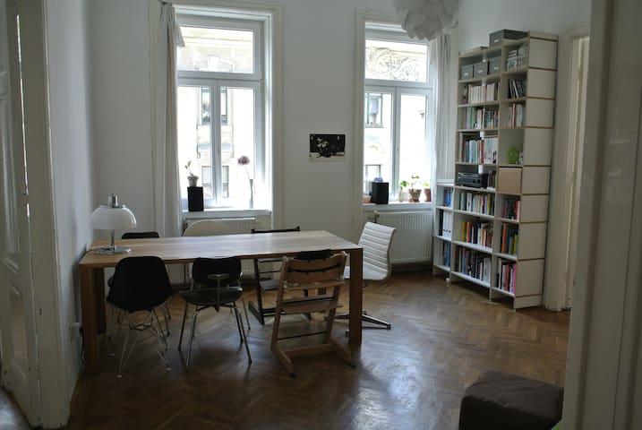Beautiful typical Viennese ''Altbau'' apartment - Wiedeń - Apartament