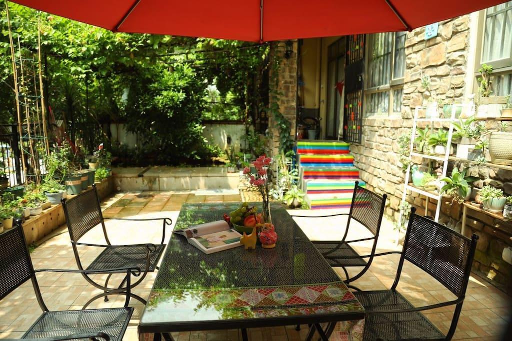 一楼的小花园,同时也是民宿的入口之一;客人可以直接穿过花园的彩虹楼梯,上去民宿,更可以在院子里赏花、喂鱼、喝茶、玩耍。
