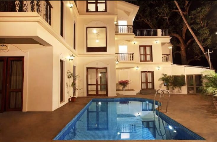10 bedroom Luxury villa + Anjuna beach +breakfast