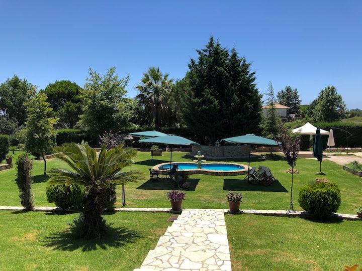 Villa Artemis  με κηπο διπλα στην θαλασσα.