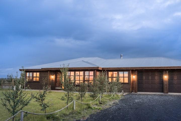 Skammilækur, luxury house with hot tub