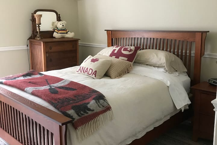 Sunnyside Bed & Breakfast - Canadiana Room