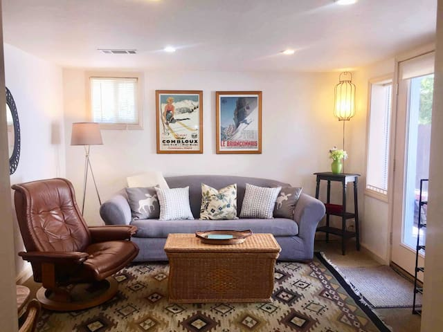 ❀ Cozy Downtown Retreat: 2 BR, Yoga Rm+ Kid Nook ❀