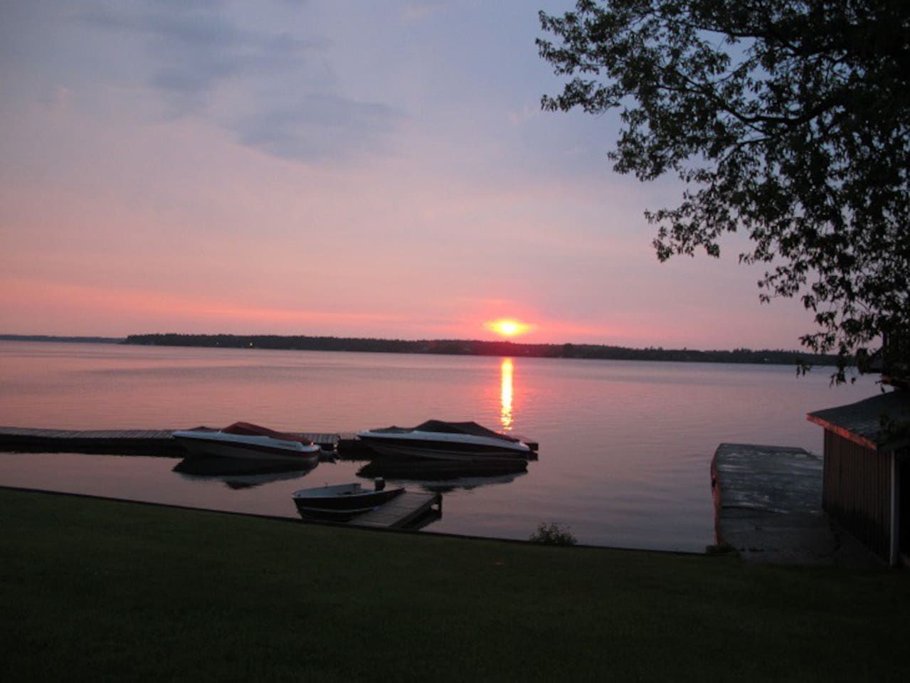 Scenic cottages - south side Sturgeon Lake (3bd).