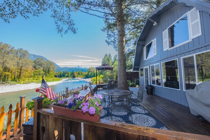 Riverfront 2BR near Stevens Pass - Gold Bar