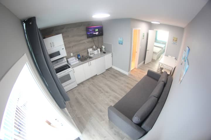 New 1 bedroom FREE PARKING fewsteps from the beach