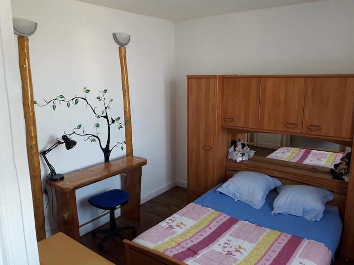 Chambre double avec lavabo privé.