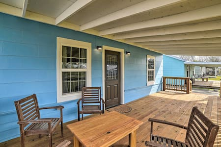 NEW! Seadrift Cottage with Deck - 5 Blocks to Bay!