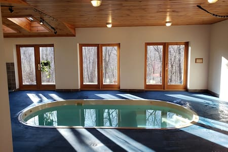 Valley View 2.5+ acres of privacy pool & sauna