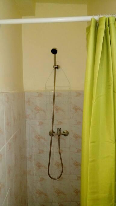 baño con ducha y calefont para agua caliente