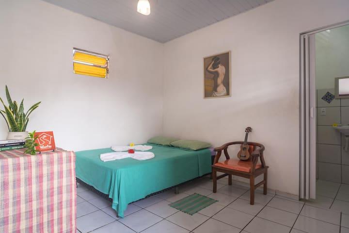Suíte 3 com Cama de Casal Box de Molas, Banheiro Privativo e Ventilador de Teto.