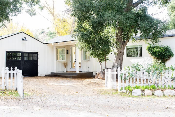 Charming Newhall Cottage with Vintage Airstream!