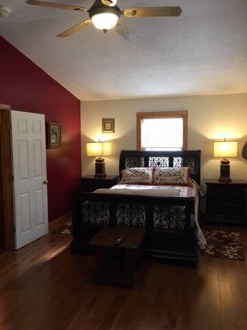 Bedroom 1 (Queen)