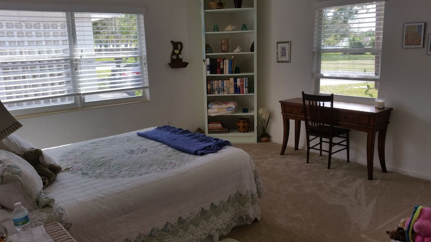 Master Bedroom with full Bathroom - Fort Pierce - House