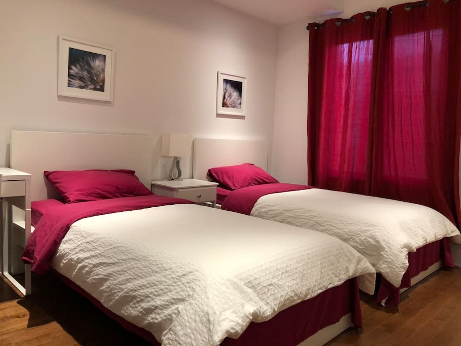 Bedroom2 with two twin size beds on 2nd floor 客房2 带二张单人床
