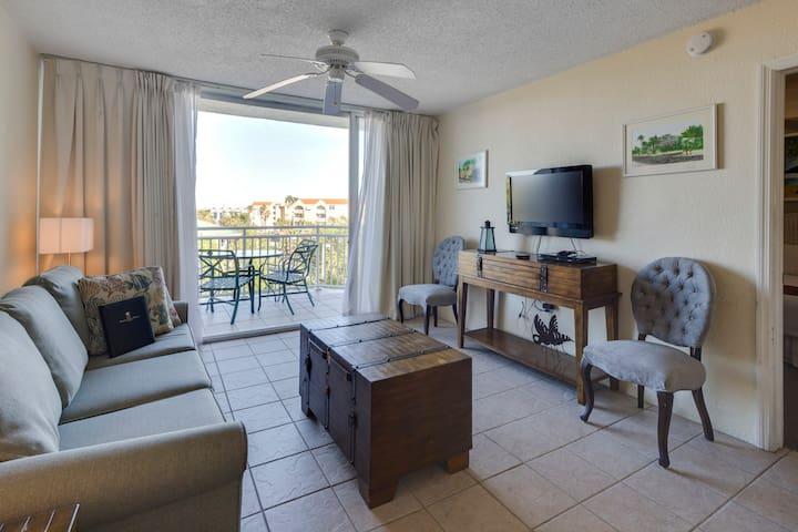 Dog-friendly retreat w/shared pool & hot tub, tennis, & balcony w/pool views