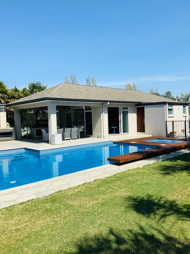 Tropical pool house retreat in Papamoa