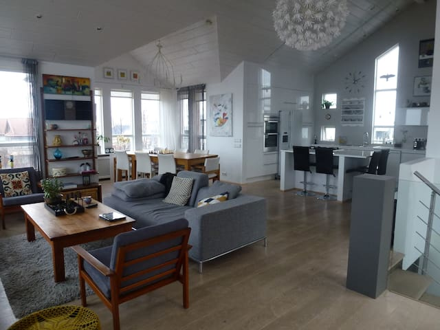 Spacious family house with spectacular views - Reykjavík - Hus