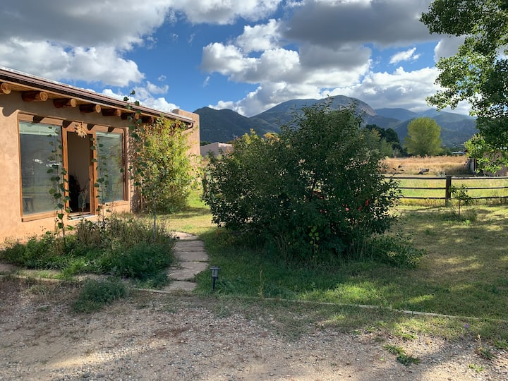 Cozy adobe casita between Taos and the Ski Valley