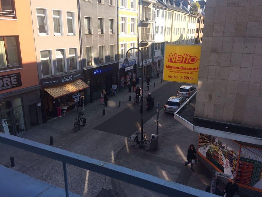 Blick aus dem Fenster, auf die (Geschäfts-)  Strasse
