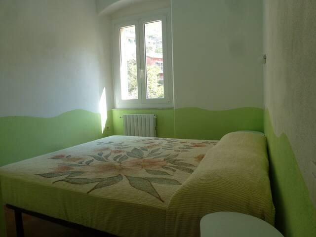 Altra camera  con letto doppio con luminosa finestra  su ampio spazio aperto