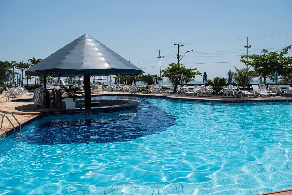 A piscina é como se fosse de um resort